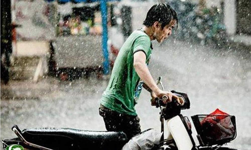 Đi xe máy an toàn vào mùa mưa